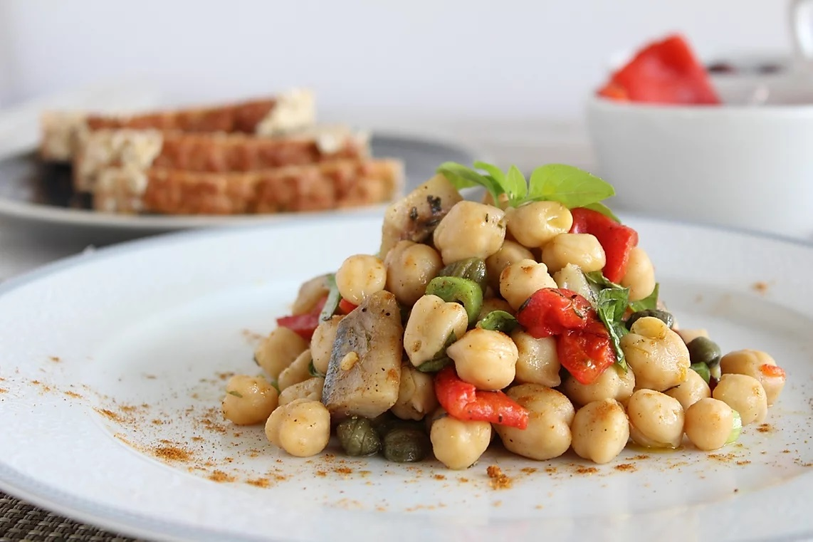 Salad with chickpeas and smoked herring